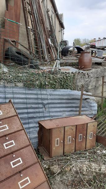 meuble de rangement métallique de la ferraille entreposé derrière un bâtiment visible de tous