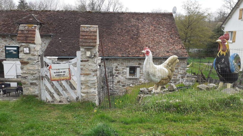 deux structures de poule délaver un portail écaillée