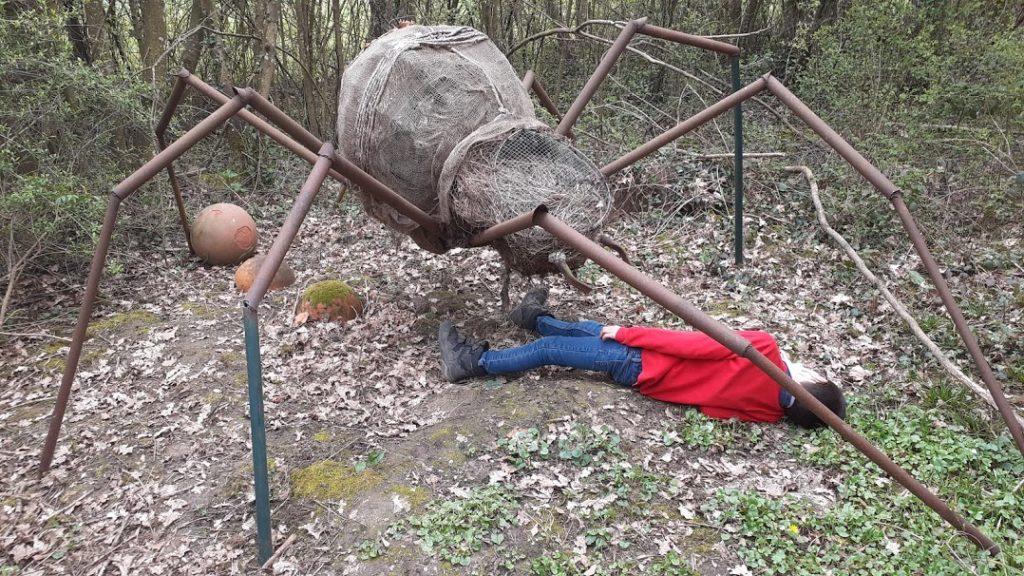 une grosse araignée taille humaine métallique avec mon fils allongé