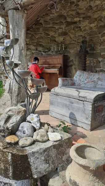 porte bougie un fauteuil et un piano